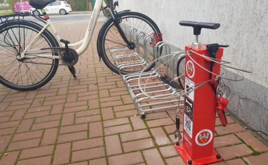 Samoobsługowa stacja naprawy rowerów przed Starostwem